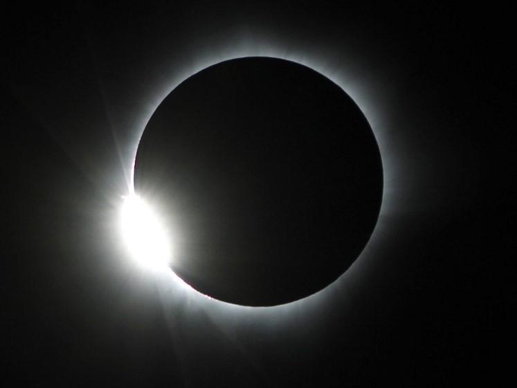 """Eclipse solar total forma um """"anel de diamante"""" sobre a Indonésia - Crédito: Ojo Bala - European Pressphoto Agency - março de 2016."""