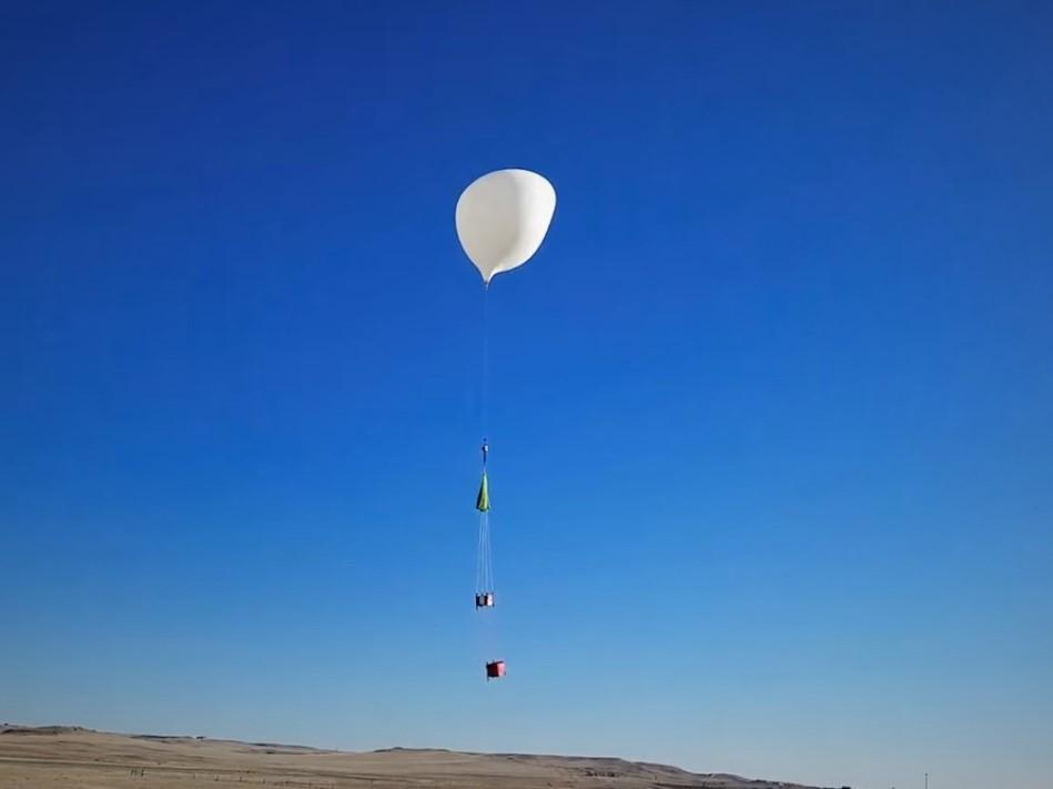Balões transportando dispositivos e sensores para análises e monitoramento da atmosfera.