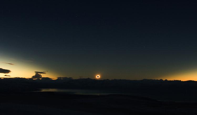 Eclipse solar total no por do Sol- El Calafate, Argentina - 11 de Julho de 2010 - por Lukas Gornisiewicz e David Makepeace.