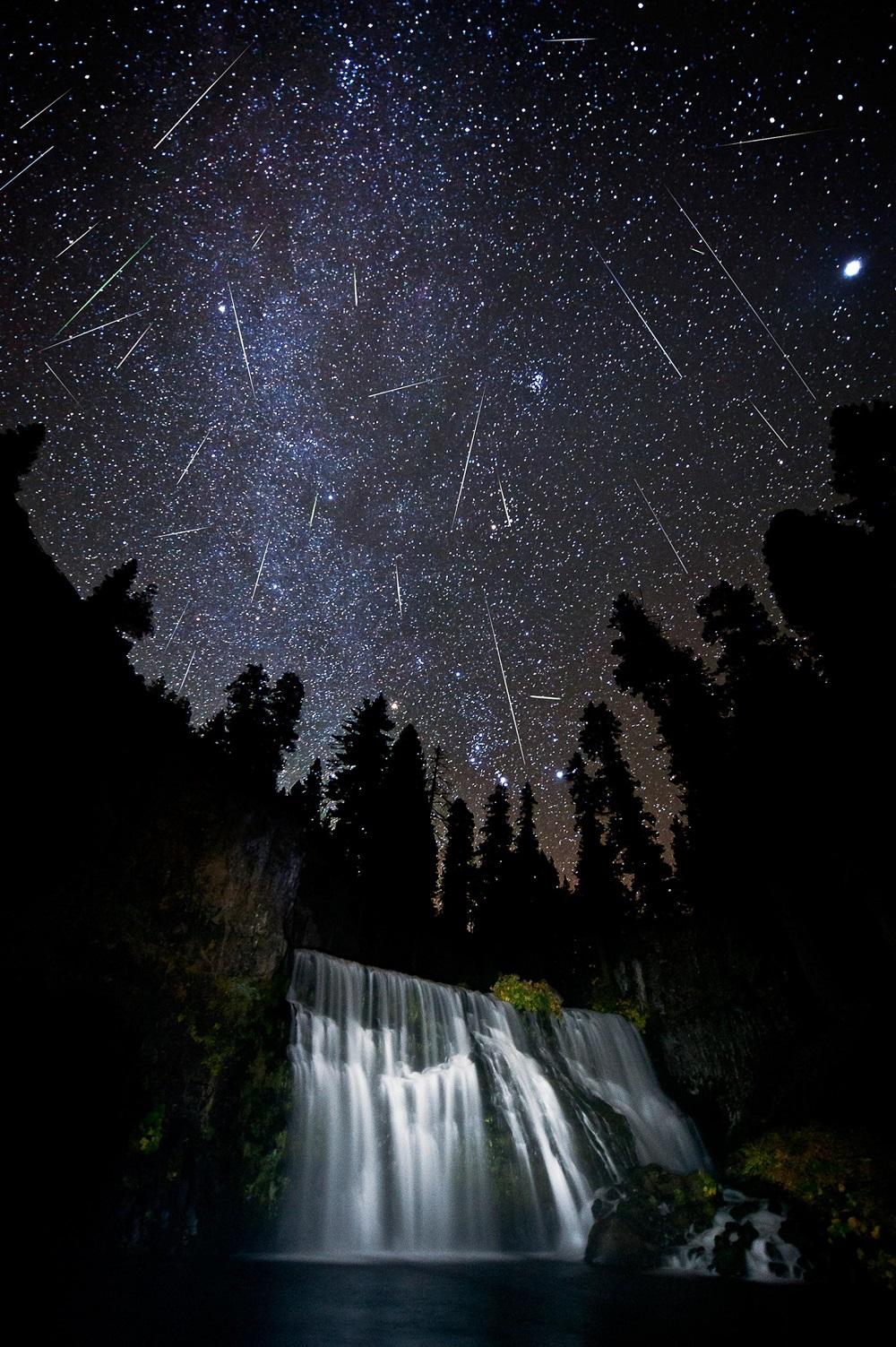 Chuva de meteoros Orionídeos sobre Middle Falls, fora da cidade de McCloud, Califórnia, perto de Mount Shasta, em 2011 - por Brad Goldpaint.