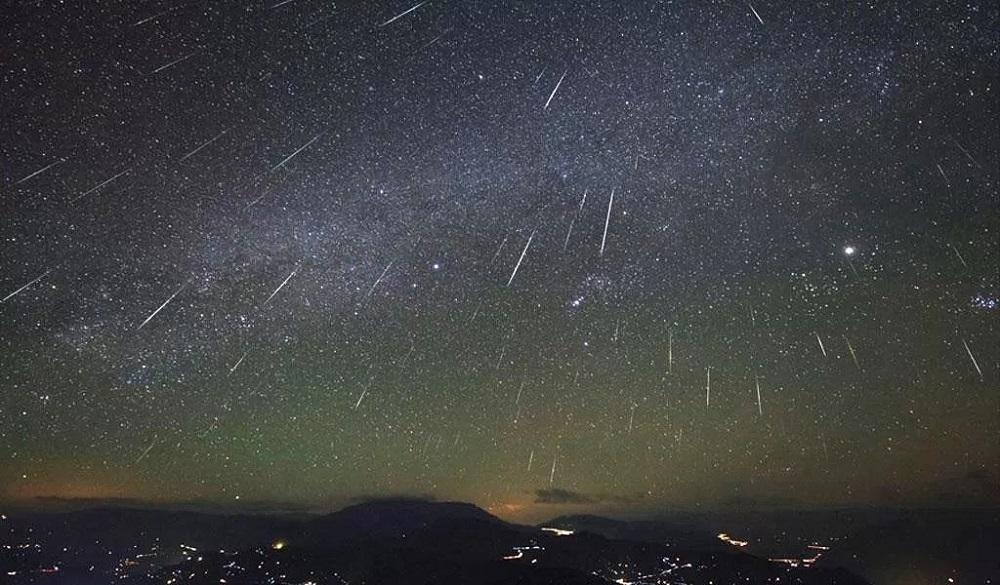 Chuva de meteoros Orionídeos. A constelação de Órion é vista um pouco à direita do centro da foto - Crédito: Observatório SLOOH.