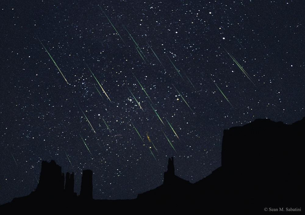 Chuva de meteoros Leonídeos sobre Monument Valley, EUA em 2015 - Crédito: Sean M. Sabatini.