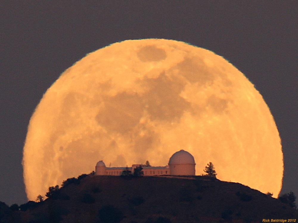 Lua Cheia sobre o Observatório Lick, acima do Monte Hamilton, em San José, Califórnia, EUA - Crédito:Rick Baldridge - 2012.