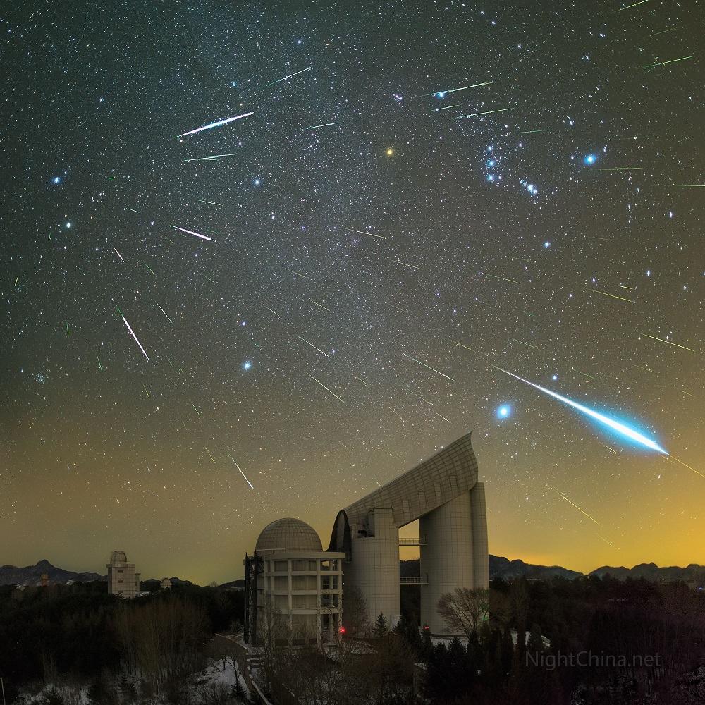 Chuva de meteoros Geminídeos sobre o Observatório Xinglong, China em 2015- Crédito: Steed YueNightChina.net