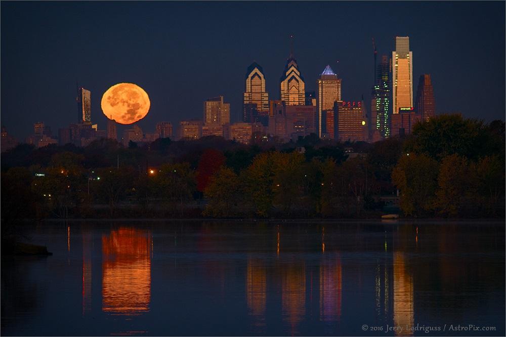 Lua Cheia do Perigeu (SuperLua) sobre a Filadélfia,Pensilvânia, EUA. Crédito: Jerry Lodriguss - 2016.